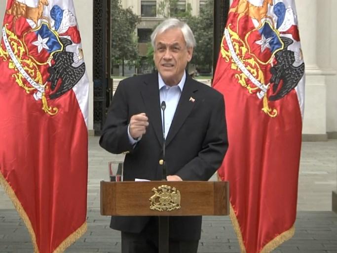 智利總統皮涅拉26日宣布大幅改組內閣,允諾縮小不平等以平息撼動國家的大型示威。(圖取自facebook.com/SebastianPineraPresidente)
