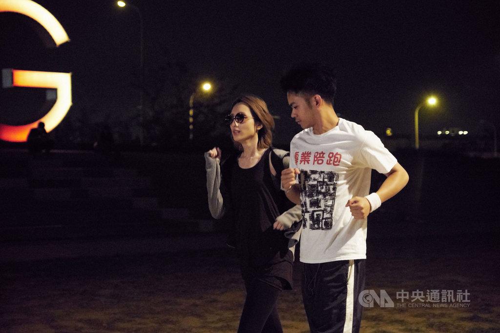 藝人柯佳嬿(左)客串演出電影「陪你很久很久」,和演員李淳(右)已有5次合作經驗的她,在片中飾演一名傲嬌女明星,深夜路跑還要戴墨鏡。(威視電影提供)中央社記者洪健倫傳真 108年10月28日