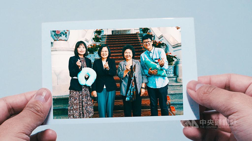 「來去總統府住一晚」第1組入住的韓國攝影師金周奕(Kim Ju Hyeok)(右)29日在社群平台公布入住影片,並對總統蔡英文(左2)特地準備的道地台灣滷味宵夜感到驚喜。(Kim Ju Hyeok提供)中央社記者鄭景雯傳真 108年10月29日