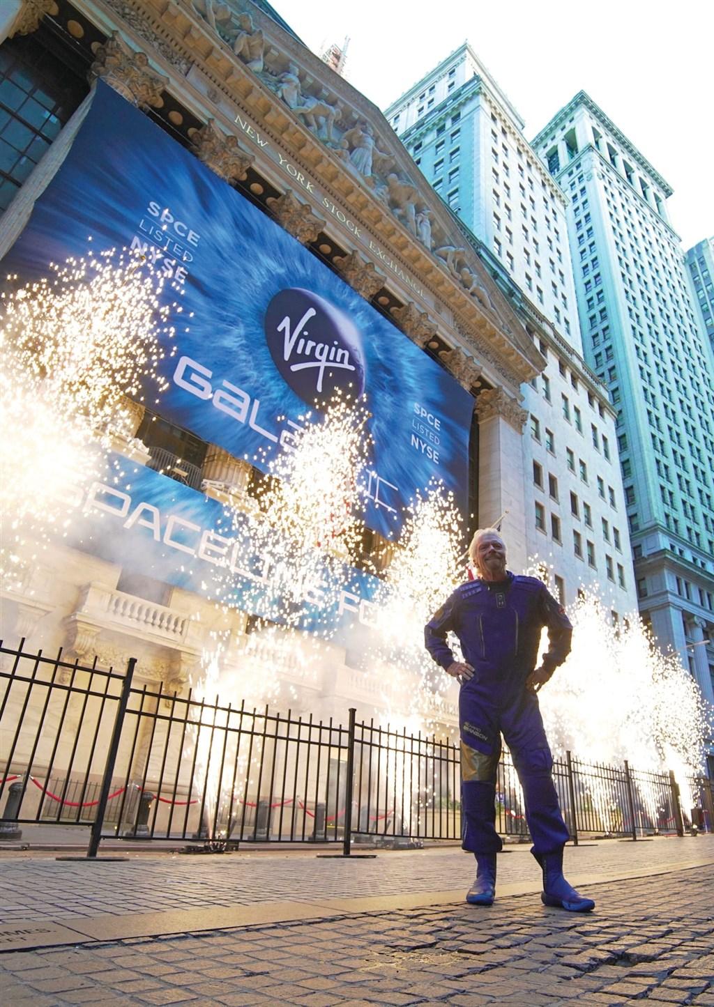 維珍銀河公司28日在紐約證券交易所上市,公司創辦人布蘭森(圖)親自敲響交易鑼。(圖取自twitter.com/virgingalactic)
