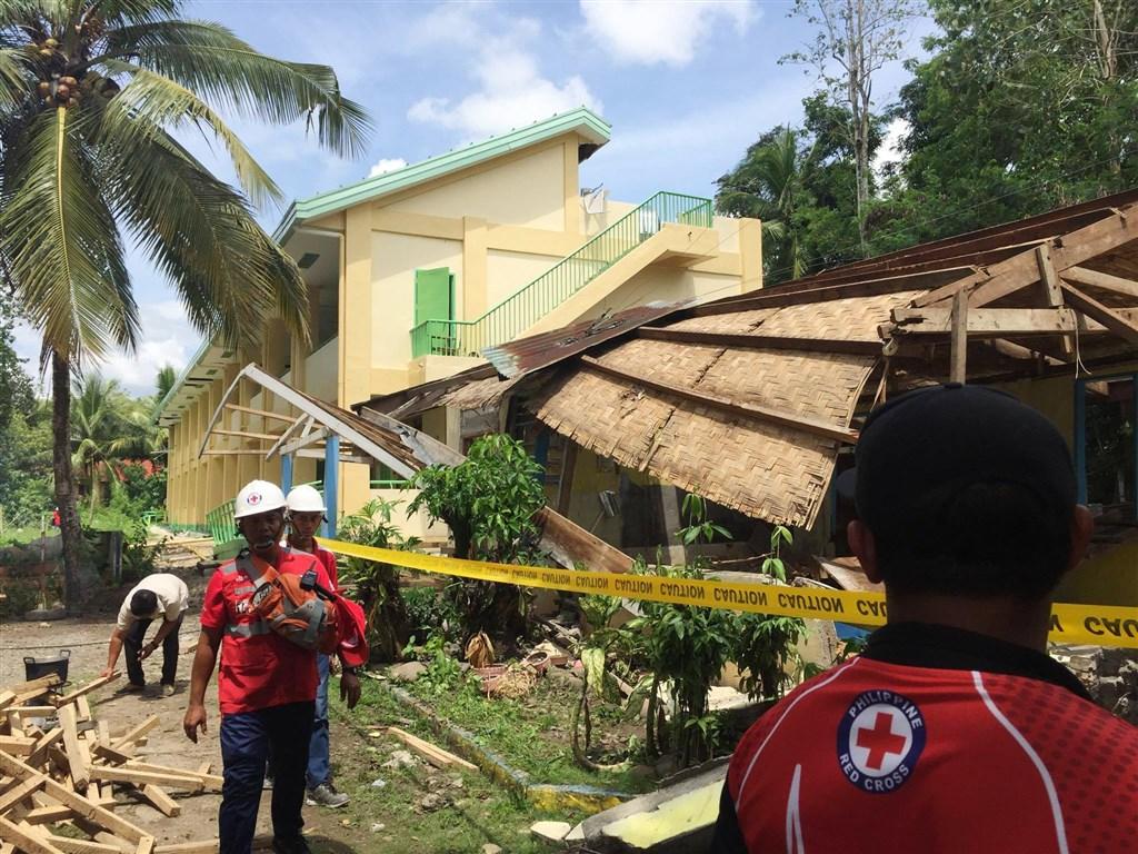 菲律賓南部民答那峨島29日上午發生規模6.6地震,救災人員和警方官員表示,已知至少有7人喪生,還有數十人受傷。(圖取自twitter.com/philredcross)