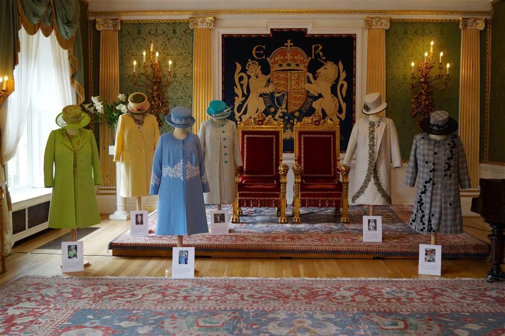 常年替英國女王伊麗莎白二世服務的助理凱利以新書揭露女王衣櫥內的小秘密及許多知名事件幕後花絮。(圖取自維基共享資源;作者:Northern Ireland Office,CC BY 2.0)