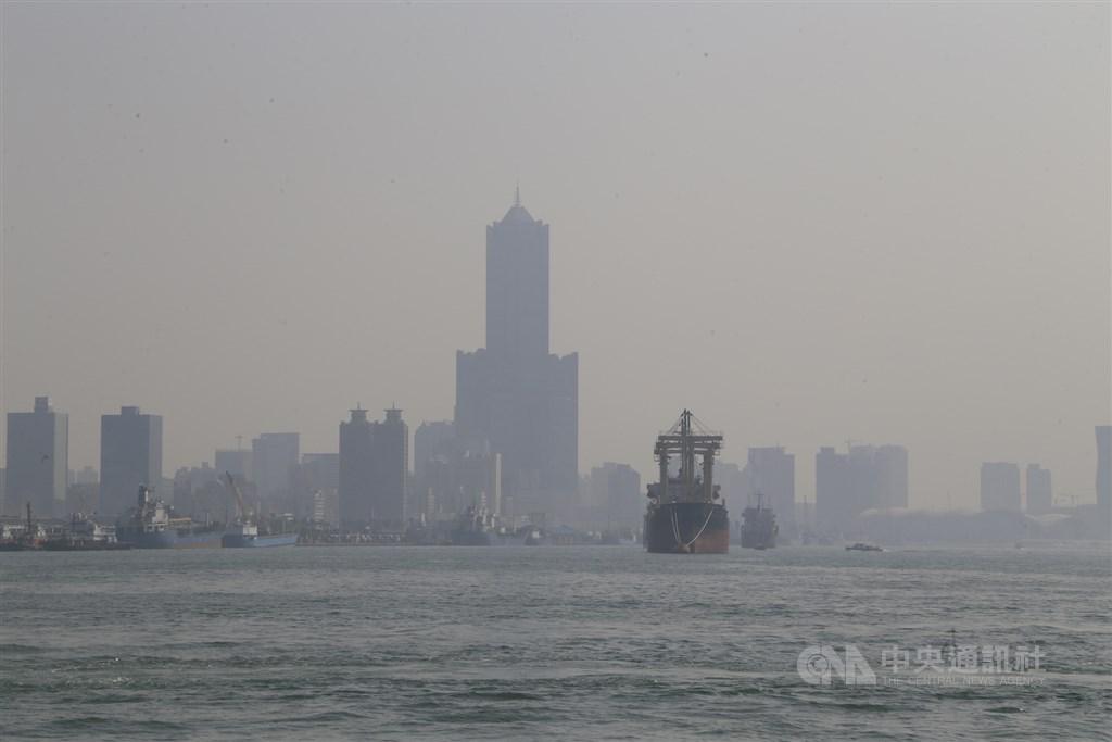 行政院環境保護署30日表示,目前污染物已向南傳輸,中部、高屏局部地區空氣品質可達「紅色警示」等級。(中央社檔案照片)