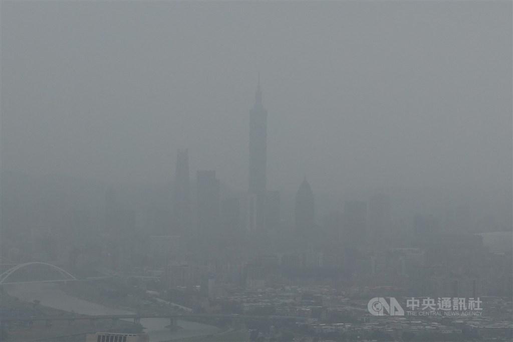 根據環保署空氣品質監測網,來自中國內蒙地區的沙塵30日清晨南下影響台灣,北北基桃竹上午共有19測站達到紅色警示,對所有族群不健康,宜減少戶外活動。中央社記者徐肇昌攝 108年10月30日