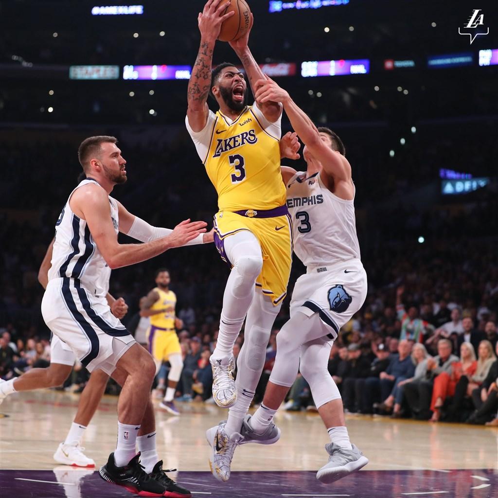 美國職籃NBA洛杉磯湖人29日在主場迎戰曼菲斯灰熊,湖人球星戴維斯(中)上場31分鐘豪取40分與20個籃板,湖人終場以120比91輾壓灰熊。(圖取自twitter.com/Lakers)