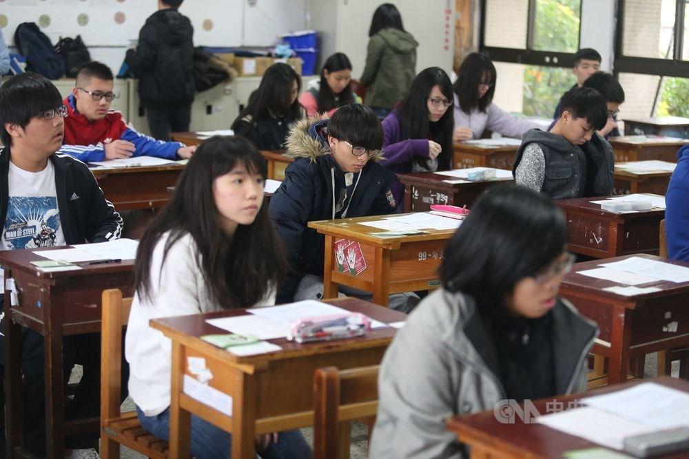 109學年度高中英語聽力測驗第一次考試成績31日公布,成績次佳的B級比率是近5年最高。(示意圖/中央社檔案照片)
