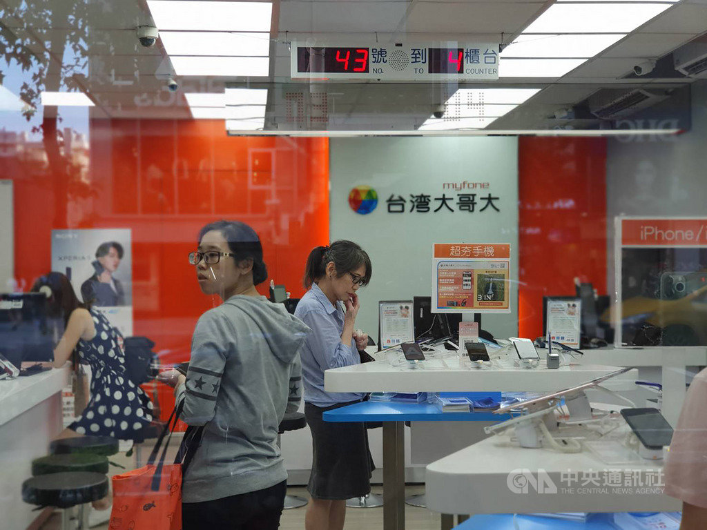 台灣大哥大網路門市31日宣布,從11月1日起,消費者在網路門市申辦指定專案,月付699元上網吃到飽,不用抽獎可直接獲得機票。中央社記者江明晏攝 108年10月31日