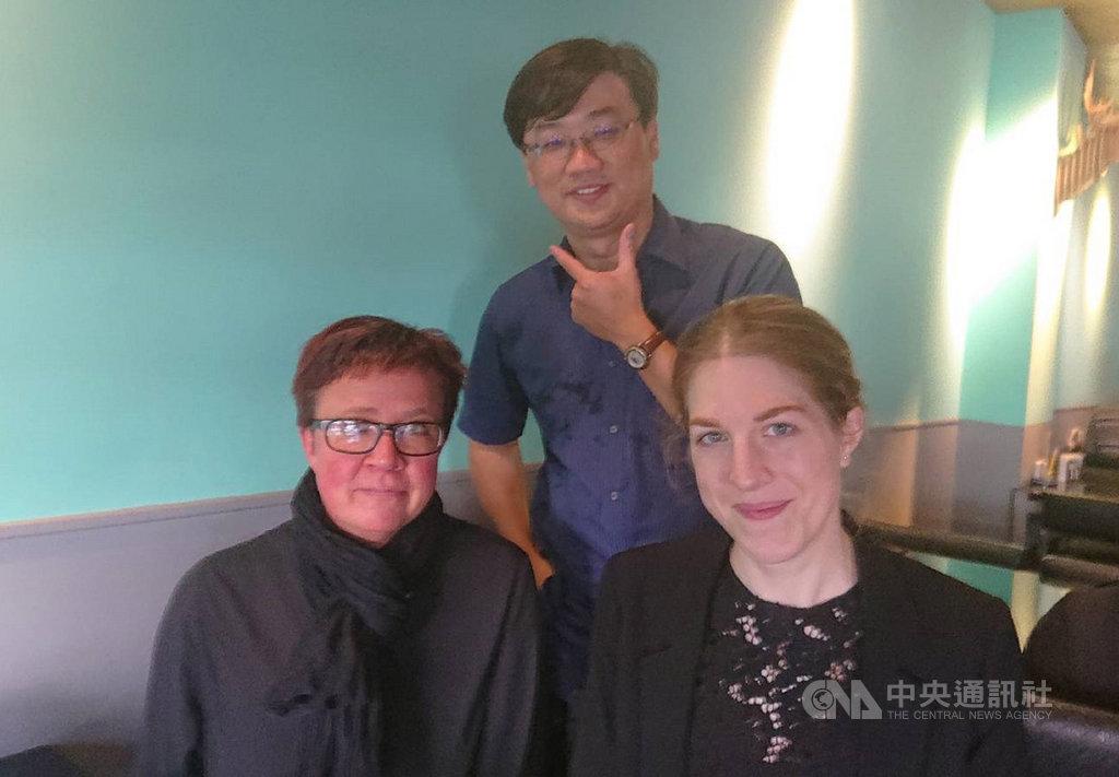 瑞典女教師莉莎.艾瑞克森(Lisa Eriksson)(前右)與珍妮.杜芙柏格(Jenny Dufberg)(前左)透過外交單位協助,利用假期來台觀摩台灣數學教育,並以自助旅行方式體驗台灣人文風情。圖為29日參訪台南市永康國中前與負責接待的數學教師林柏寬(後)合影。中央社記者楊思瑞攝  108年10月31日
