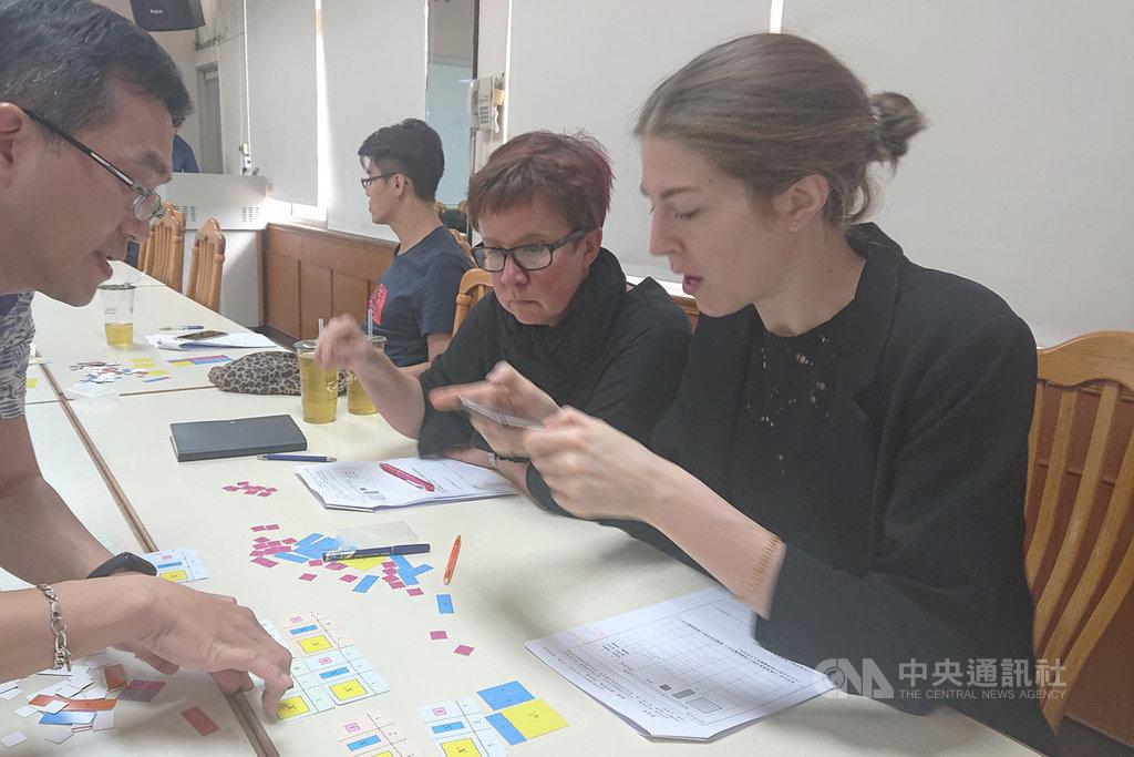 瑞典女教師莉莎.艾瑞克森(Lisa Eriksson)(右)與珍妮.杜芙柏格(Jenny Dufberg)(右2)透過外交單位協助,利用假期來台觀摩台灣數學教育,並以自助旅行方式體驗台灣人文風情。圖為29日兩人在台南市後甲國中參與教師研習。中央社記者楊思瑞攝  108年10月31日