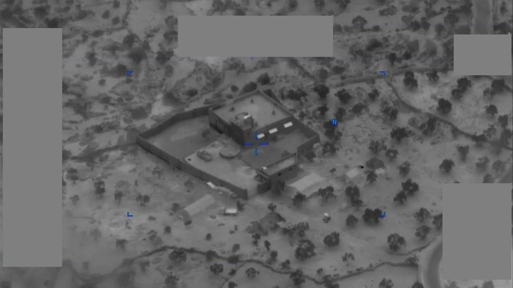 美國國防部30日召開記者會,公布多段突襲全球頭號要犯、伊斯蘭國首領巴格達迪的影片。突襲行動特別小組在距離土耳其邊境約4英里的敘利亞伊德利布省一個獨立建築物發動攻擊。(圖取自twitter.com/centcom)