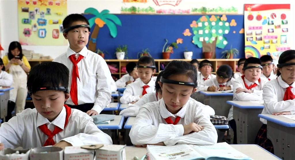 浙江省一所小學傳出學生被要求配戴「監控頭環」上課,並將監測注意力的相關資訊發送給家長。(圖取自twitter.com/wsj)