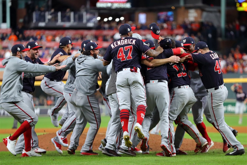 美國職棒大聯盟MLB華盛頓國民30日以6比2擊敗休士頓太空人,靠著客場4戰全勝拿下隊史首座世界大賽冠軍。(圖取自twitter.com/Nationals)