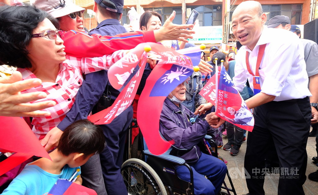 國民黨總統參選人韓國瑜(右)1日在桃園觀音造勢,受到民眾熱情歡迎,呼籲選民將政黨色彩、意識形態與框架丟一邊,思考如何讓台灣更強壯。中央社記者邱俊欽桃園攝 108年11月1日