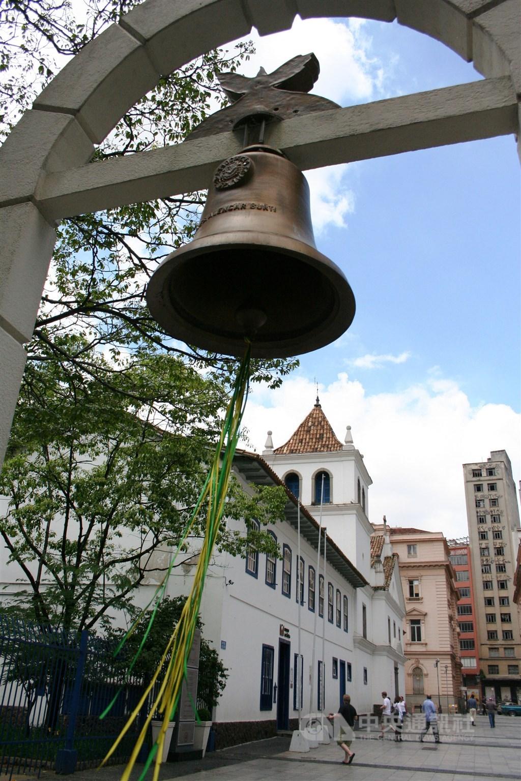 巴西聖保羅市歷史中心的耶穌會中學廣場左側有一道米白色的小拱門,上面掛著一口銅製的小鐘,是一座鮮少人知的和平地標紀念碑。中央社記者唐雅陵聖保羅攝 108年11月1日