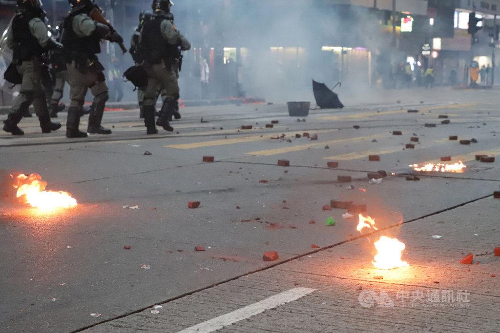 香港「反送中」人士申請2日下午在維多利亞公園集會,雖遭警方否決,但仍有大批支持者到場;警方則於4時後開始在附近街道以催淚瓦斯和水炮車清場,部分示威者則以汽油彈還擊。中央社記者張謙香港攝 108年11月2日
