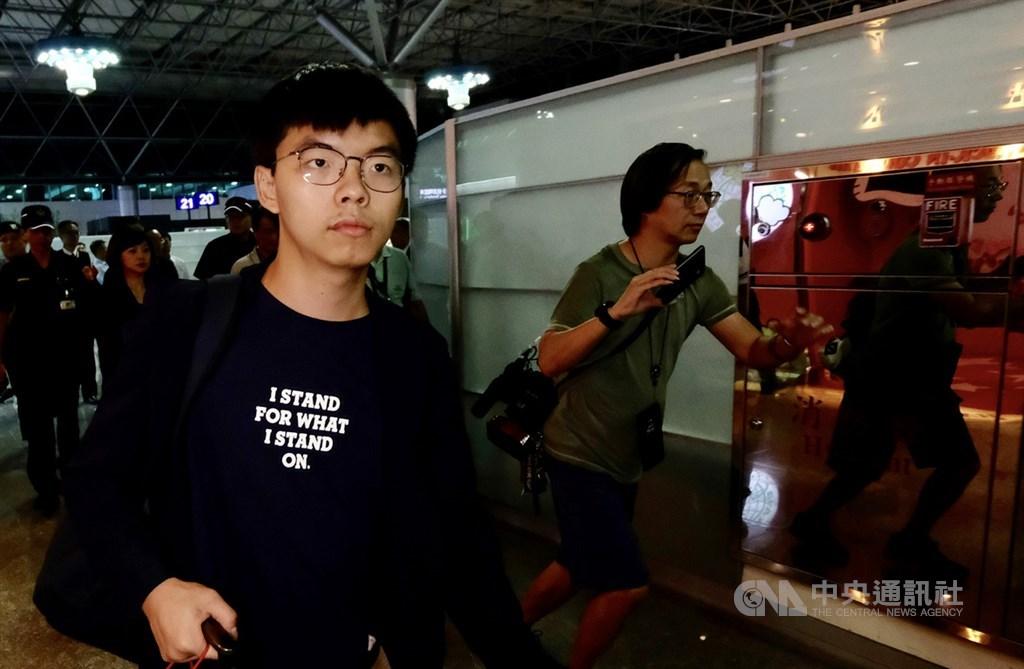 香港眾志秘書長黃之鋒(前)1日投書華郵表示,雖然他尋求參選香港區議員的資格遭取消,但他呼籲港人以選票讓外界聽到他們的聲音,因為北京無法讓所有人沈默。(中央社檔案照片)