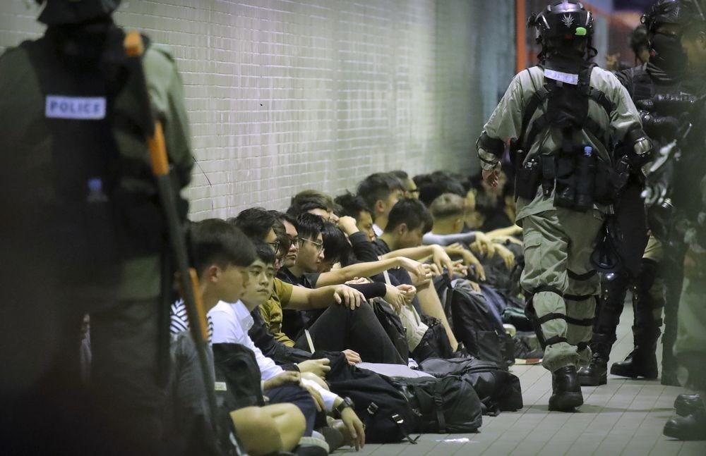香港2日「反送中」抗爭再現激戰,港島和九龍多場集會遭警方驅散後,示威者與警方發生激烈衝突,催淚彈和汽油彈橫飛,直到3日凌晨,已超過200人遭逮捕。(美聯社)