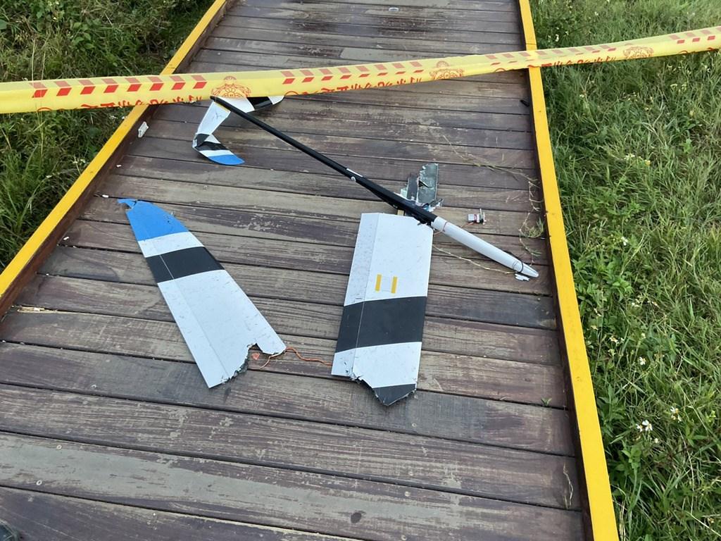 在墾丁龍磐公園舉辦的無動力滑翔機國際公開賽,2日發生一架失控滑翔機墜落砸死一名婦女的不幸意外,約有2公斤重的滑翔機殘骸散落一地。(屏東縣消防局提供)中央社記者郭芷瑄傳真 108年11月2日