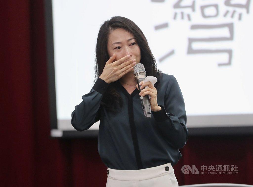 出身基隆顏家的台裔日本作家一青妙3日在台北出席「妙台灣-溫柔聯繫台日的觀察者」新書分享會,她哽咽談到祖父作為二二八受害者,以及慢慢體會父親當時處境艱困,以偷渡方式回到日本的鬱卒與失落。中央社記者張皓安攝 108年11月3日