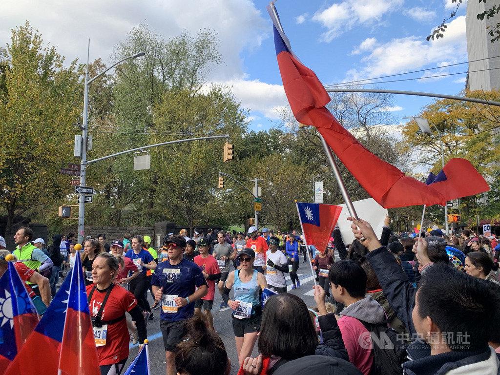 第49屆紐約市馬拉松當地時間3日舉辦,台灣跑者親友與本地僑胞熱情助陣,在中央公園外的跑道旁揮舞中華民國國旗替跑者加油。中央社記者尹俊傑紐約攝  108年11月4日