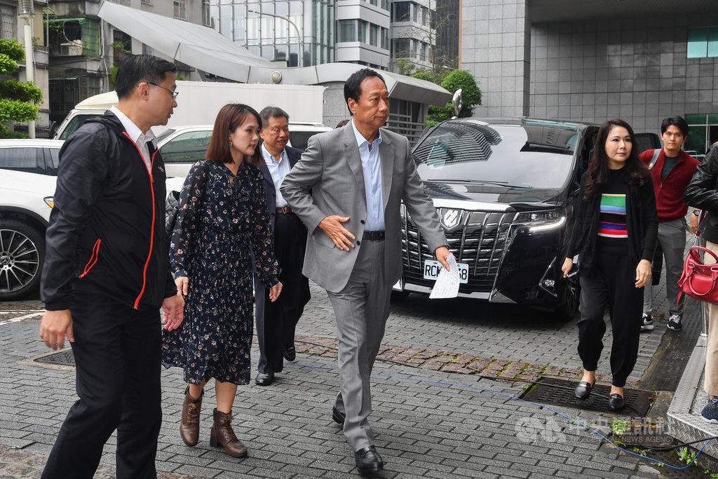 鴻海創辦人郭台銘(前左3)針對日前網友惡意散播母親身故謠言,5日上午親赴刑事警察局提告。中央社記者林俊耀攝 108年11月5日