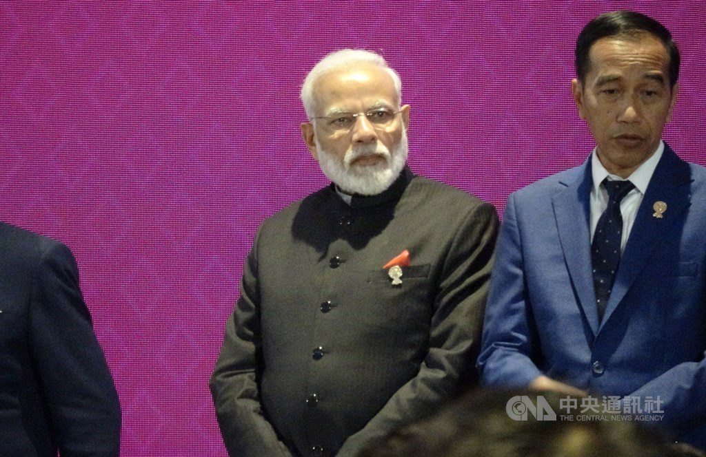 第35屆東協峰會及相關會議11月2日到4日登場。圖為印度總理莫迪(中)出席4日的東亞峰會。中央社記者呂欣憓曼谷攝 108年11月4日