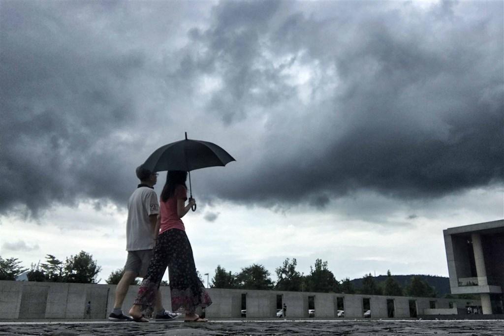 氣象局表示,5日受到東北風影響,越往東北部地區雲量越多,東北部地區雲多偶飄雨;溫度方面,中南部日夜溫差大。(中央社檔案照片)