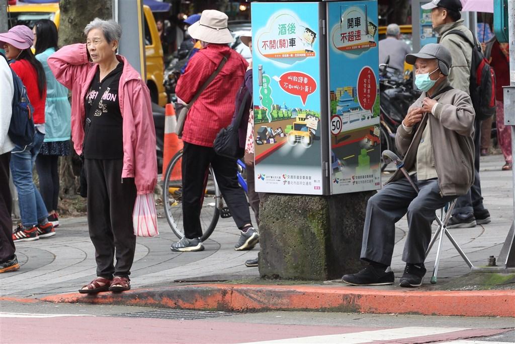 天氣轉涼,醫師提醒,老人家對於冷熱感知速度較慢,應先穿多一些,等到感覺熱了再調整衣物,並著重手腳保暖。(示意圖/中央社檔案照片)