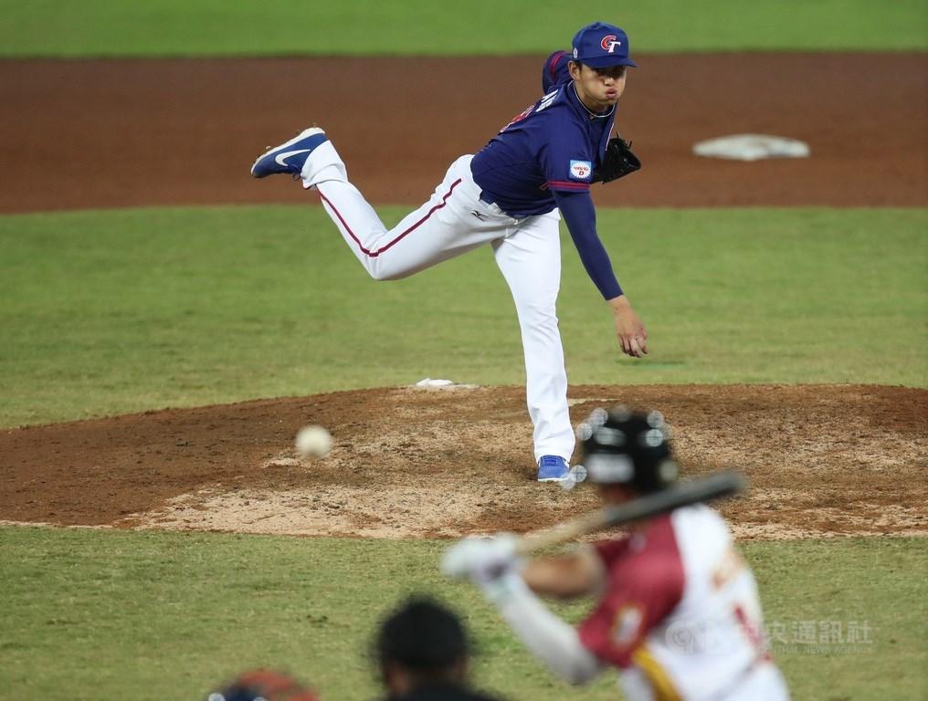 2019世界12強棒球錦標賽中華隊6日晚間在洲際棒球場迎戰委內瑞拉,中華先發投手張奕用102球封鎖對方7局,僅被敲出4支安打,送出6次三振,無失分。中央社記者張新偉攝 108年11月6日