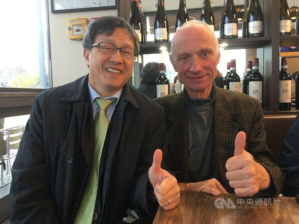 德國民眾克羅茲堡(右)為台灣處境打抱不平,駐德代表謝志偉(左)5日在柏林約見他,向他表示謝意。(謝志偉提供)中央社記者林育立柏林傳真 108年11月6日