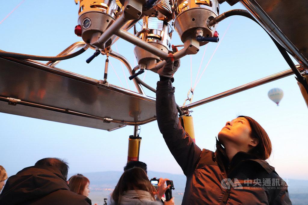 台南長大的Nicole(右)是舉世知名熱氣球觀光重鎮土耳其石頭城首位台灣籍熱氣球飛行員。圖為她10月24日與資深飛行員搭配開熱氣球,擔任副駕駛。中央社記者何宏儒石頭城攝 108年11月6日