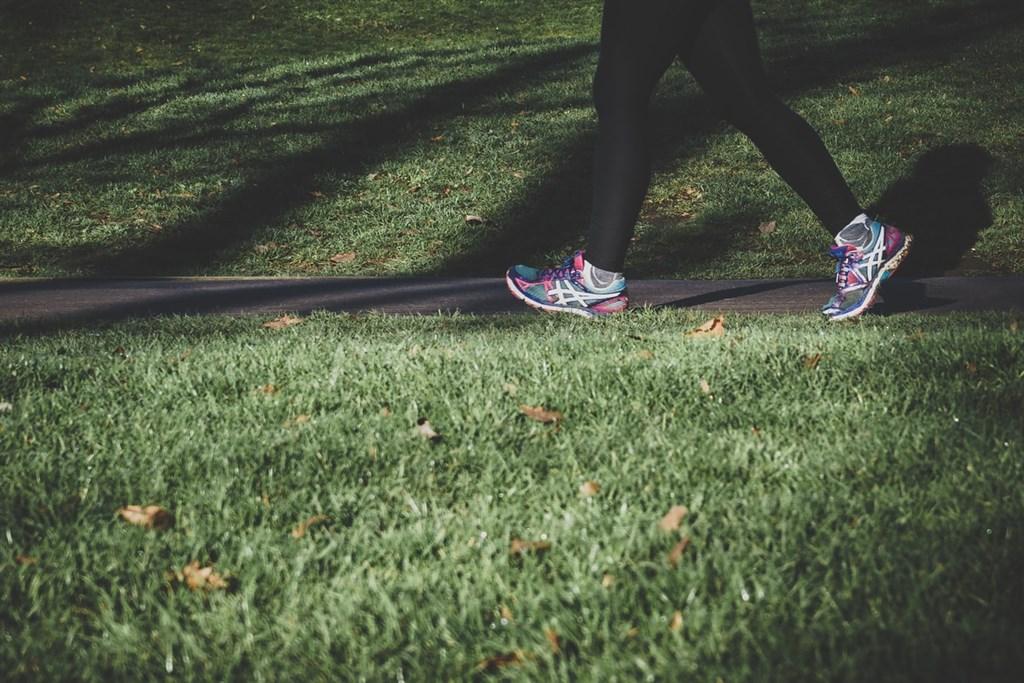 一項研究結果顯示,每天多步行15分鐘,或每天固定慢跑一公里,或許可以改善生產力及延長預期壽命,也就能帶動經濟成長,一年規模達1000億美元之多。(示意圖/圖取自Unsplash圖庫)