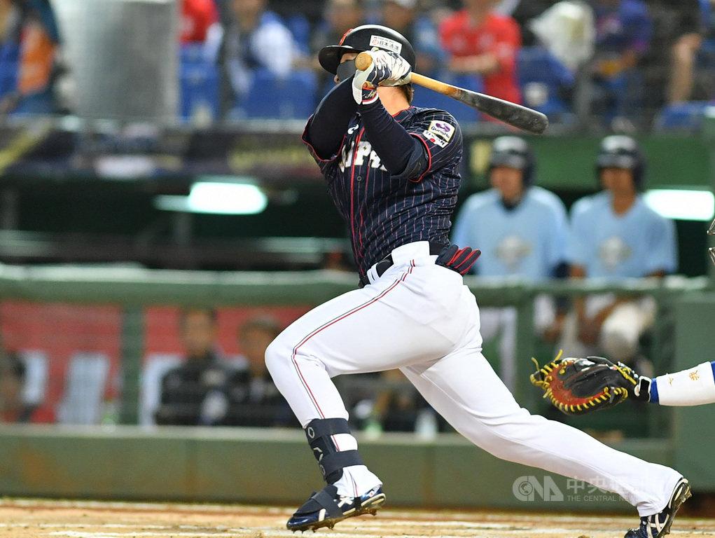 2019世界12強棒球錦標賽B組預賽在台開打,7日晚間最後一戰在洲際棒球場由中華隊對上日本隊,1局上,日本隊鈴木誠也敲出中外野方向三壘安打帶有1分打點。中央社記者張新偉攝 108年11月7日