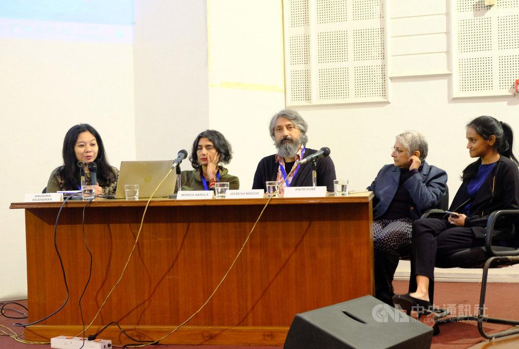 印尼與印度的知名策展人7日在第2屆亞洲策展論壇上分享策展的經驗與想法,同時就一些尖銳及策展相關問題對話。中央社記者康世人新德里攝 108年11月7日