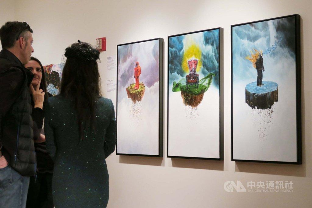 第9屆創意環境藝術競賽展美東時間6日在駐紐約辦事處開幕,紐約畫家李托聚焦氣候變遷的系列畫作「宇宙信使」、「猴子心」與「無土」榮獲首獎。中央社記者尹俊傑紐約攝  108年11月7日