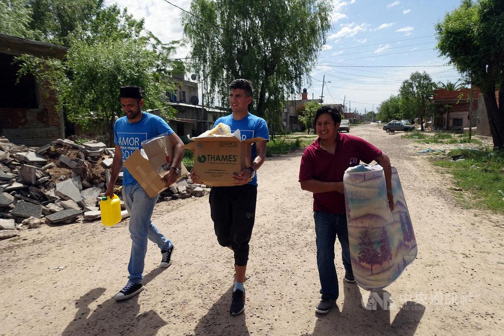 阿根廷的卡坦村是布宜諾斯艾利斯城外一處貧民村落,上月遭洪水侵襲,許多居民至今無法恢復正常生活。年輕的伊斯蘭領袖吉爾(左1),挺身募集衣物、床墊,援助需幫助的貧民。中央社記者汪碧治布宜諾斯艾利斯攝 108年11月7日