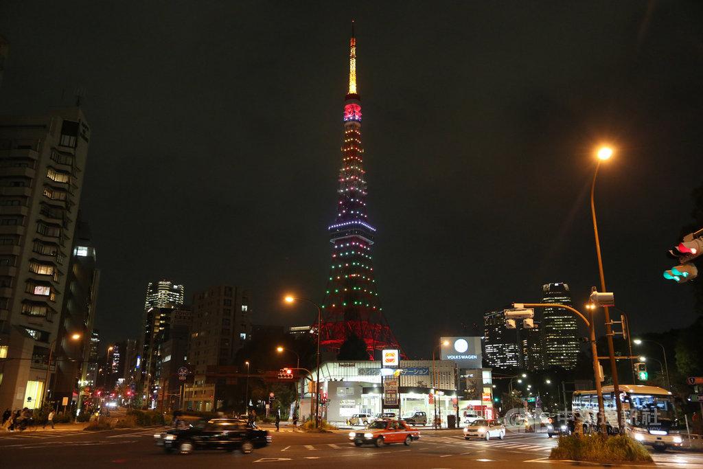 東京鐵塔7日實施迎接令和新時代的新點燈,主題為「無限鑽石面紗」,是逐一調控分為17層的268盞LED燈,呈現出無窮無盡的多彩燈色。中央社記者楊明珠東京攝 108年11月7日