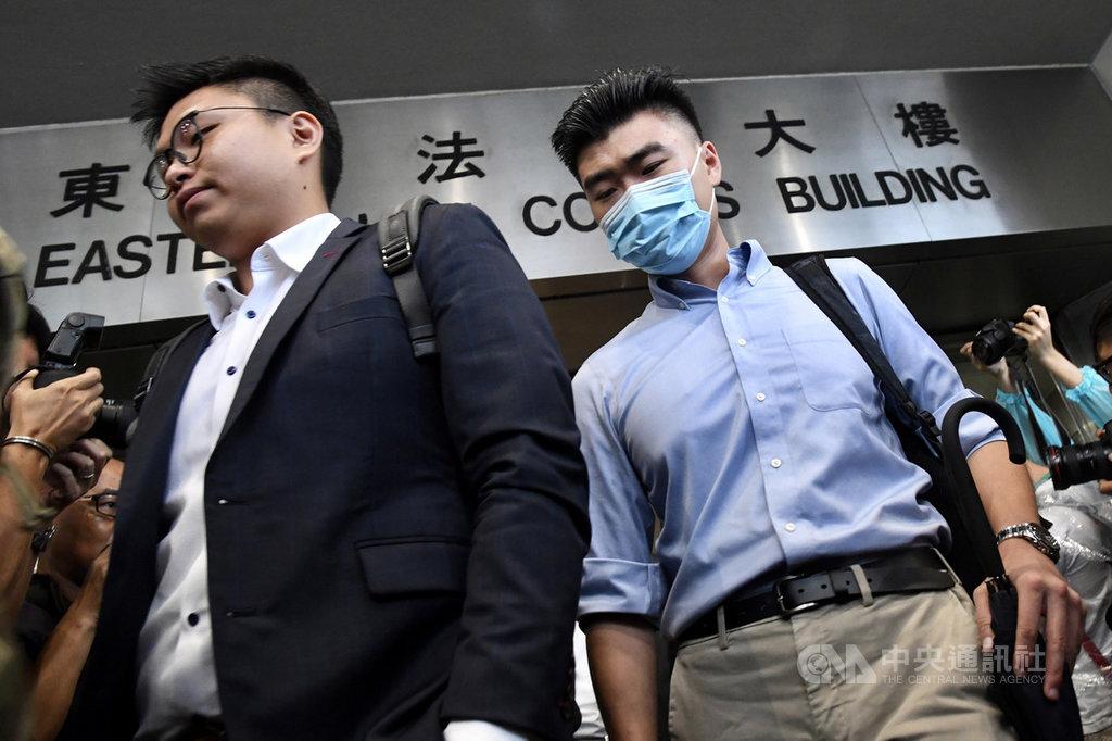 港媒報導,香港大學二年級陸生陳子謀(右)7月在「反送中」示威衝突現場被捕,他假扮記者並被搜出一支伸縮棍。由於沒有證據顯示陳子謀參與暴動,西九龍裁判法院7日判決他監禁6週。(中通社提供)中央社 108年11月7日