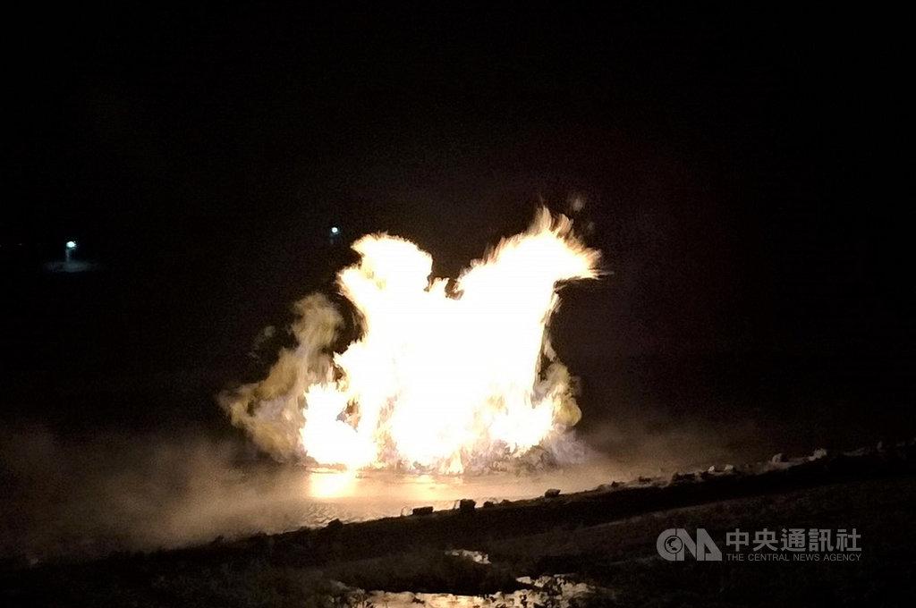 屏東萬丹鄉赤山巖旁農田,6日晚間泥火山噴發,火光照亮夜空,這也是繼今年7月以來第2次噴發。(萬丹鄉灣內村長陳玉意提供)中央社記者郭芷瑄傳真 108年11月7日