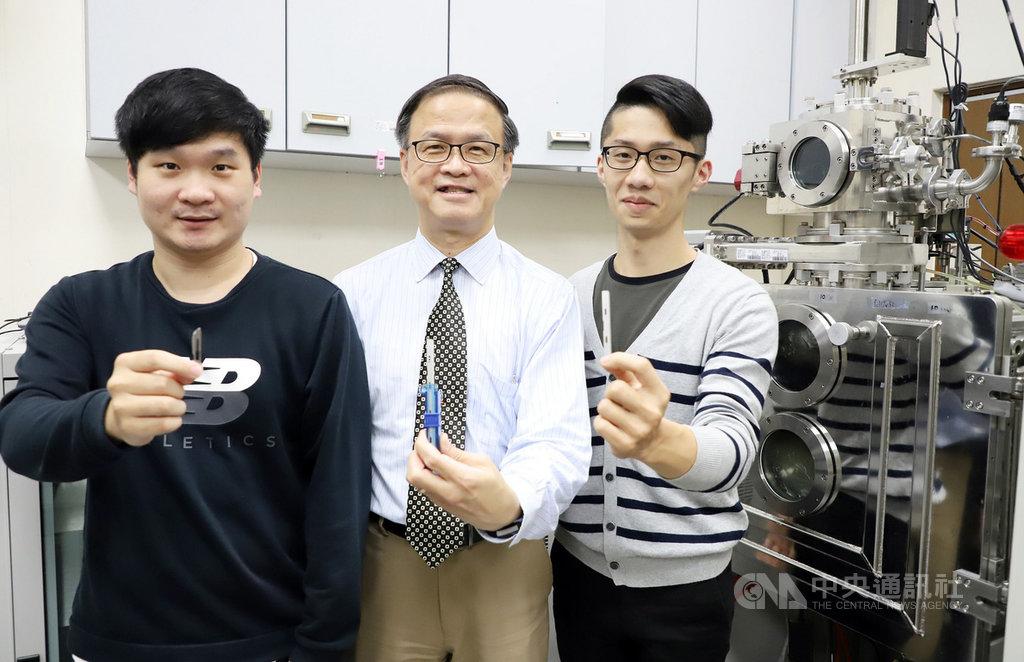 台灣科技大學材料系教授朱瑾(中)帶領研究團隊,將金屬玻璃鍍層應用於醫療刀具上,讓刀具表面光滑、不沾黏,摩擦力變小,銳利度提升。(台科大提供)中央社記者陳至中傳真 108年11月7日
