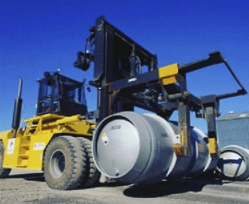 伊朗7日恢復德黑蘭以南福爾多地下核設施運作,開始提煉濃縮鈾。圖為車輛運送裝有六氟化鈾氣體的鋼瓶。(美聯社)