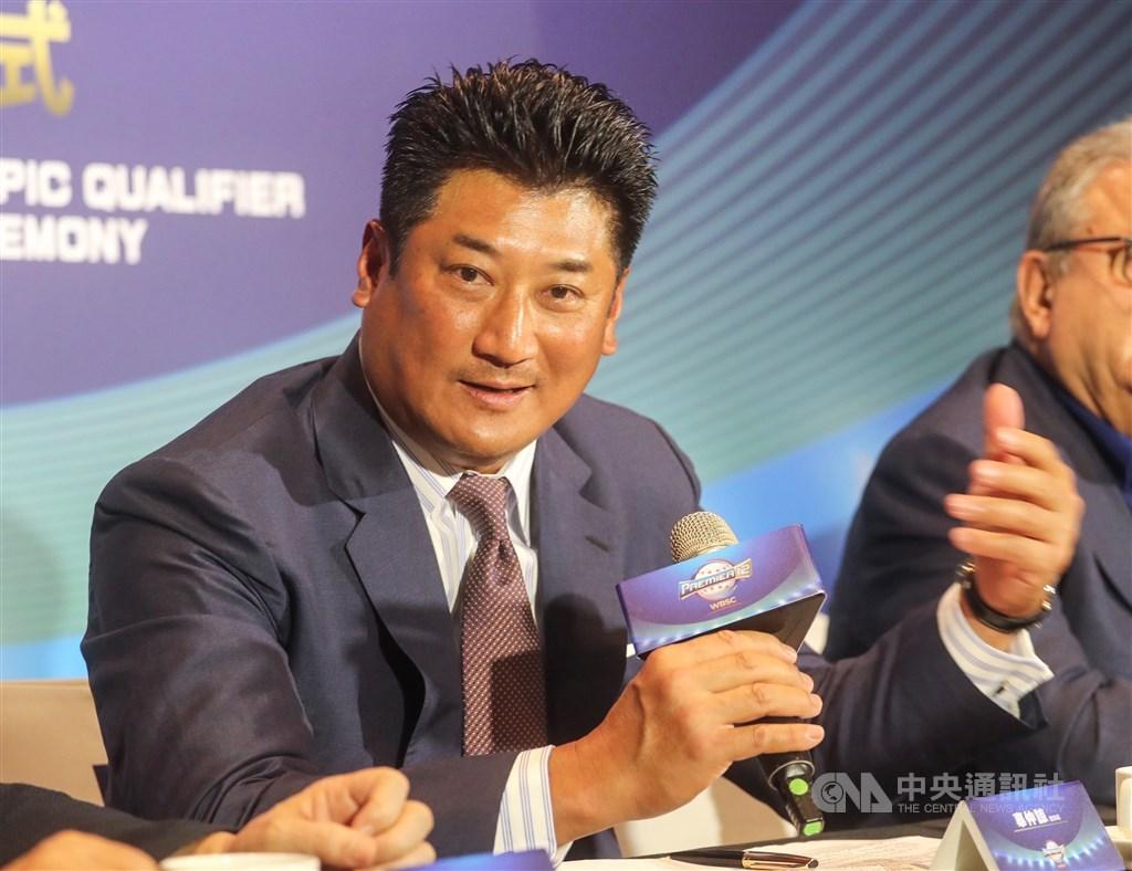 中華棒球協會理事長辜仲諒(中)涉案被法院限制出境,他因世界12強棒球錦標賽及討論2020年東奧棒球競賽赴日,聲請暫時解除限境。高院日前裁准1億元暫時解除限境。(中央社檔案照片)