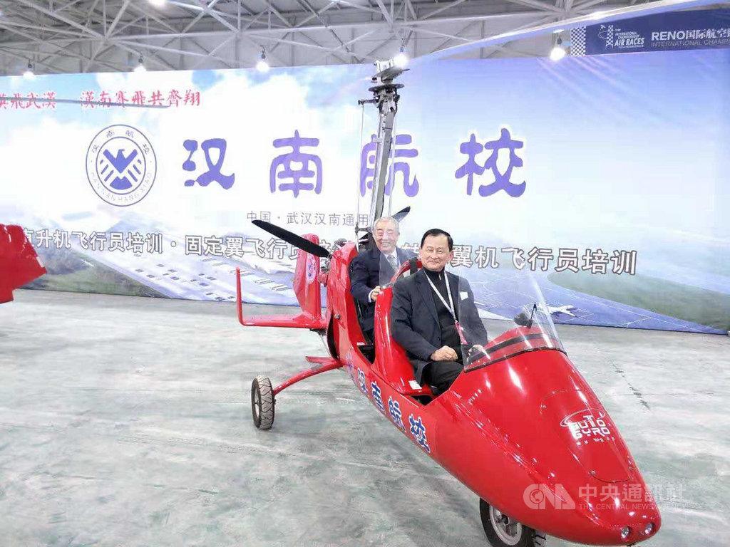 翁柏吉(前座)看好大陸廣大的通用航空市場,在大陸從事航空人才教育。他希望大陸的26條對台措施實施細則,能夠開放台灣飛行員赴大陸通用航空執飛。圖為他今年在籌建中的湖北漢南航校。(翁柏吉提供)中央社記者張淑伶上海傳真 108年11月8日