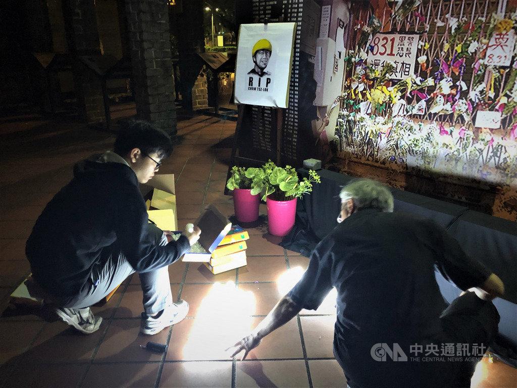 香港科技大學學生周梓樂8日傷重死亡,觸發「反送中」新一輪示威活動。在台港人組成的「香港邊城青年」8日晚間在台北舉行悼念會,現場將蠟燭排出「香港加油」字樣。中央社記者陳至中台北攝 108年11月8日