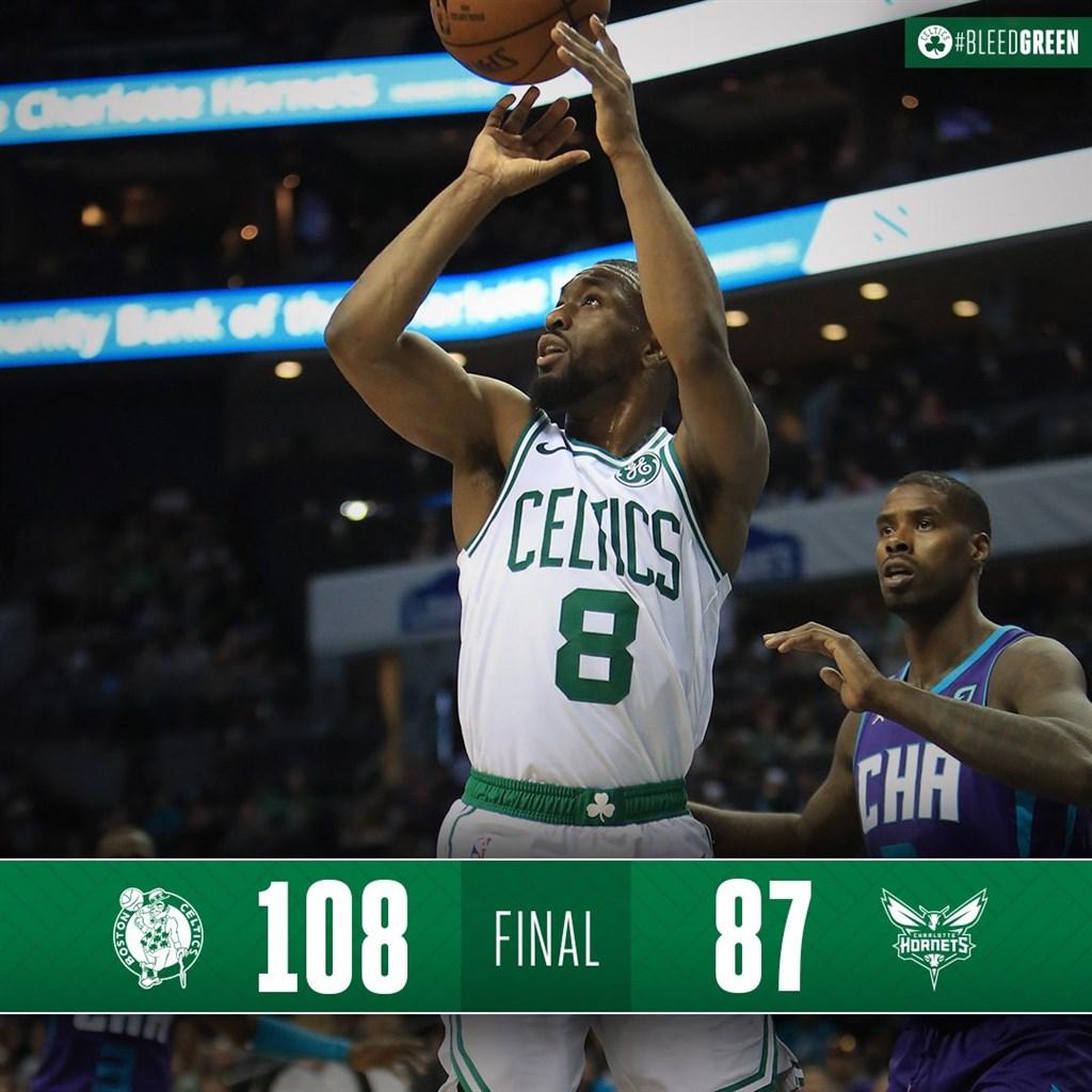 美國職籃NBA波士頓塞爾蒂克8日客場迎戰夏洛特黃蜂,塞爾蒂克後衛華克(左前)攻下14分,幫助球隊以108比87取勝。(圖取自twitter.com/celtics)