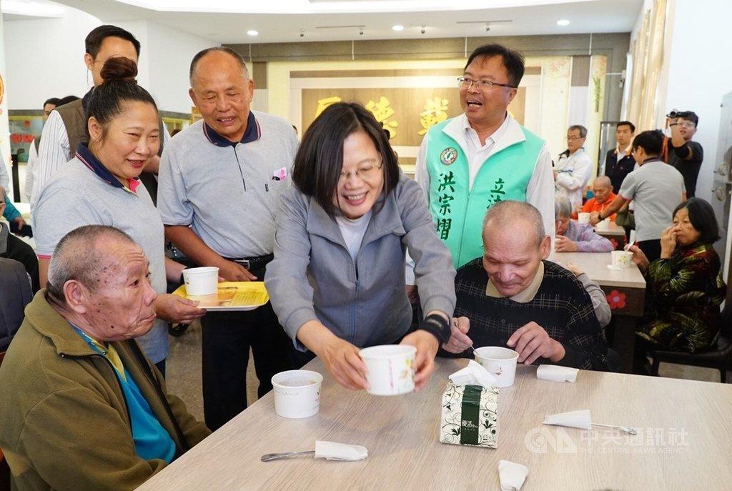 總統蔡英文(前中)8日到彰化縣訪視老人養護中心,談話著重老人照顧與福利,也與長輩熱情互動。(立委洪宗熠團隊提供)中央社記者蕭博陽彰化縣傳真 108年11月8日