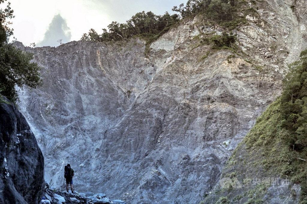 記錄泰雅部落尋根故事的紀錄片「翻越之後」,長期關注宜蘭縣南澳山林和河流,深刻探討礦場開發後,所造成的文化與生態危機。(新北市府新聞局提供)中央社記者黃旭昇新北傳真  108年11月8日