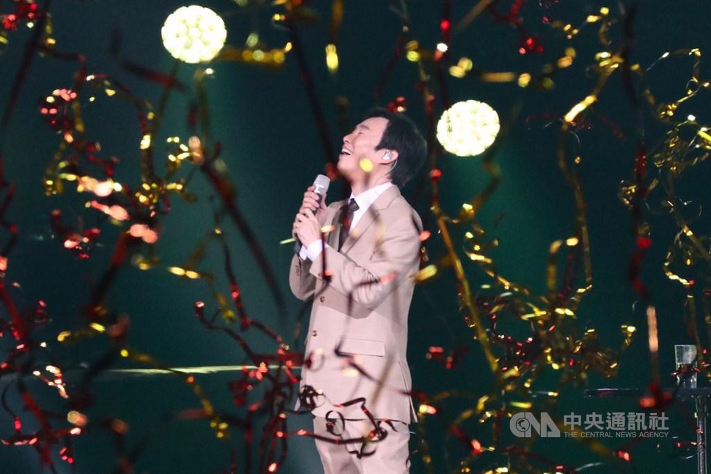 歌手「小哥」費玉清告別演唱會最終場7日晚間在台北舉行,費玉清賣力演唱多首經典歌曲,演唱會結束正式封麥,46年歌唱生涯畫下句點。中央社記者王騰毅攝 108年11月8日