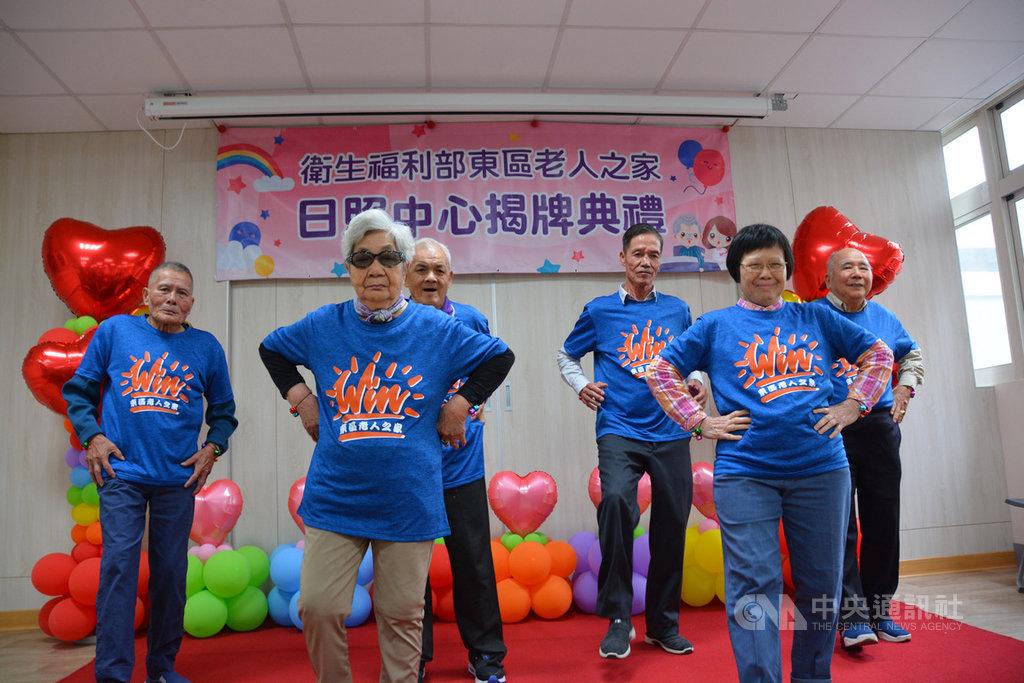 衛生福利部東區老人之家日照中心揭牌典禮8日舉行,多名長輩以舞蹈表演歡迎貴賓。中央社記者張祈攝 108年11月8日