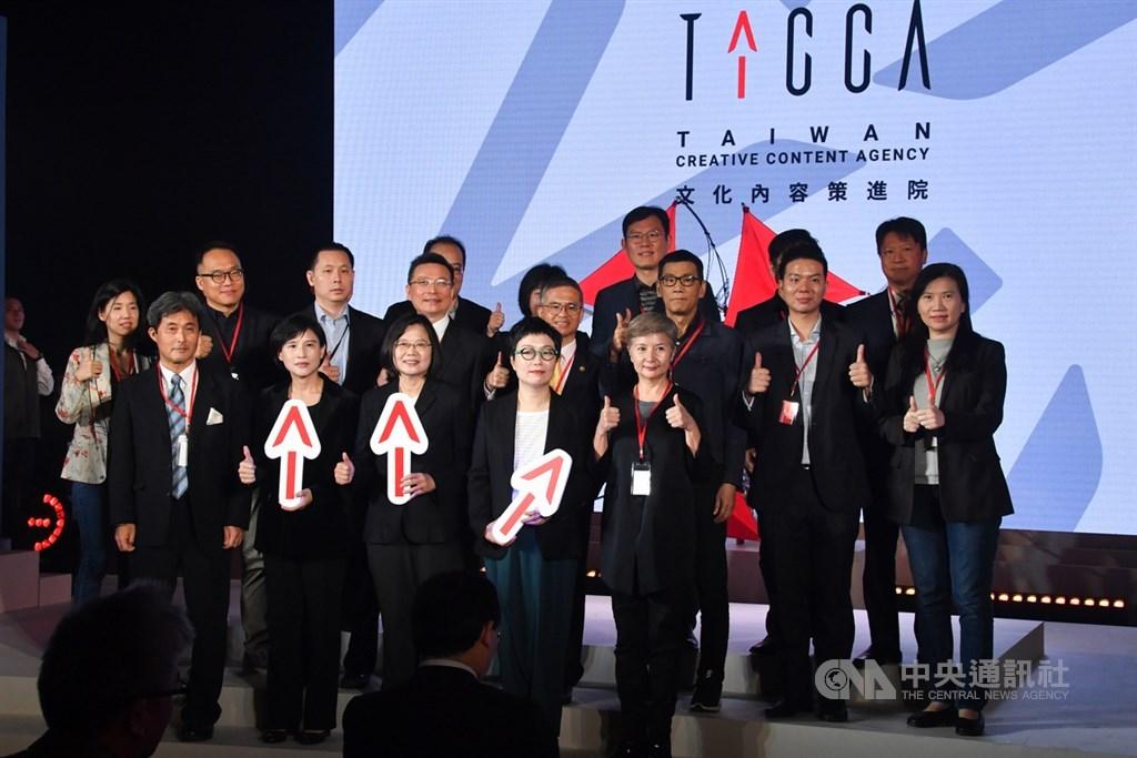 總統蔡英文(前排左3)8日上午在文化部長鄭麗君(前排左2)、文化內容策進院董事長丁曉菁(前排左4)等人陪同下,出席文策院揭牌儀式。中央社記者林俊耀攝 108年11月8日